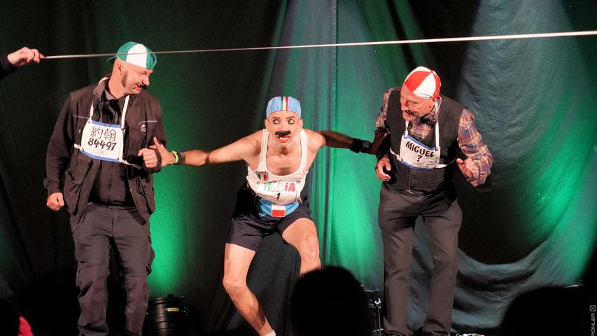Artistik und Comedy gab's auf dem mittleren Marktplatz. Hier holt sich Clown Camilo aus Italien Unterstützung aus dem Publikum auf die Bühne.