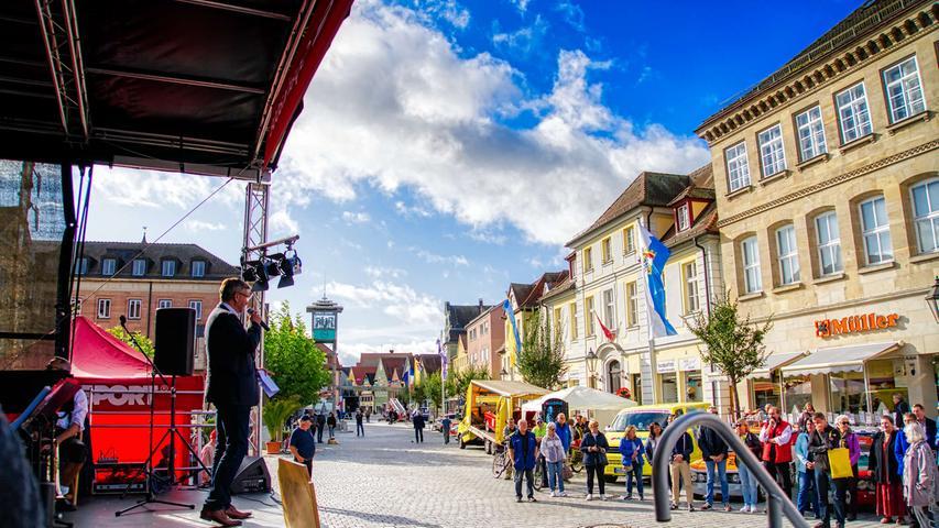Bürgermeister Karl-Heinz Fitz eröffnete den Kulturherbst, morgens standen auf dem Marktplatz mit dem Klassikertag und der Rallye Altmühlfranken vor allem Autos im Mittelpunkt.