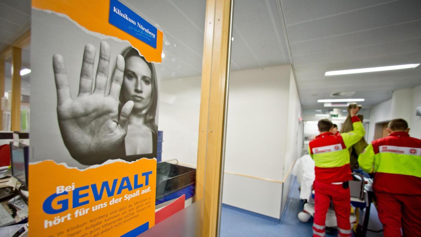 Plakate wie dieses in der Notaufnahme sollen verdeutlichen, dass im Klinikum Nürnberg für Gewalt kein Platz ist. Dennoch kommt es nahezu täglich zu Angriffen und Beleidigungen gegenüber Mitarbeitern.