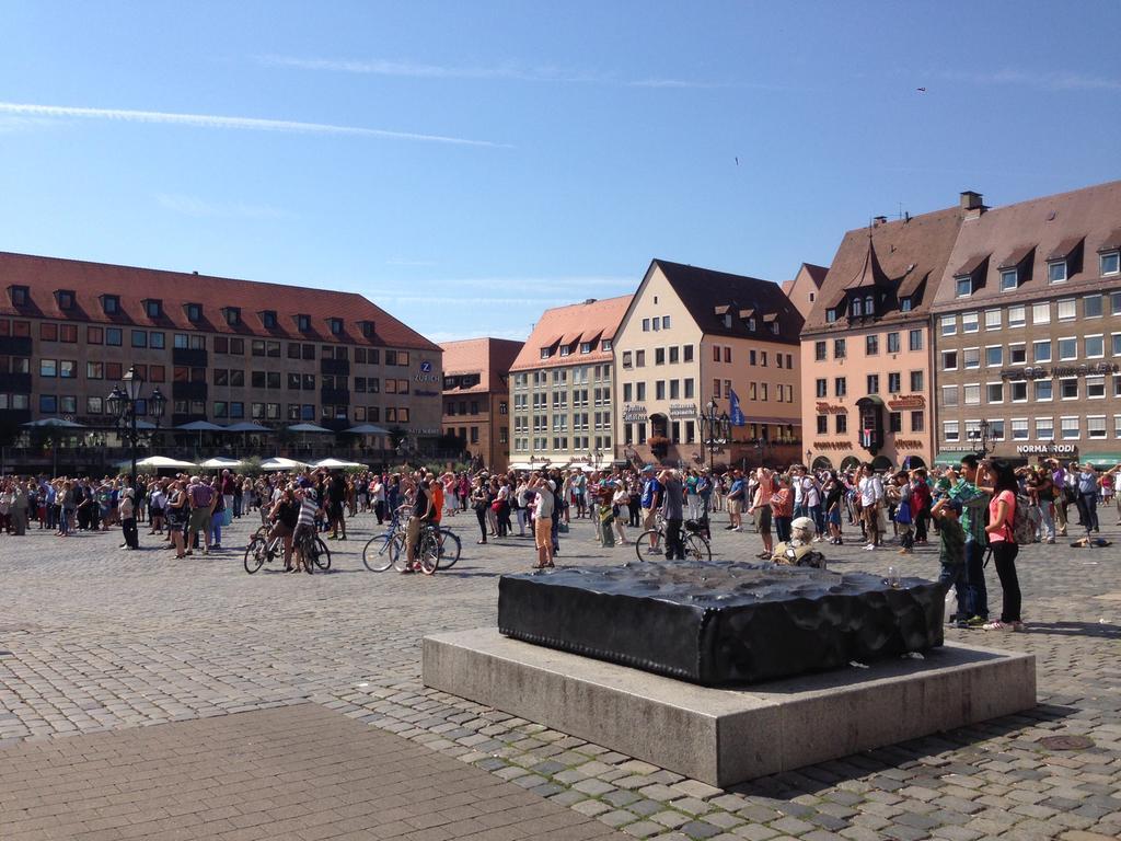 FOTO: Julia Vogl, NZ; 8 / 2015 MOTIV: Hauptmarkt Nürnberg. Denkmal; Besucher; Touristen; Denkmal, Bronzeskulptur Symposium Urbanum von  Karl Prantl