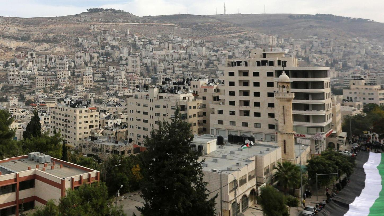 Ein Blick auf Nablus: Die Stadt im Norden des Westjordanlandes, malerisch gelegen zwischen zwei Bergrücken, war stets ein Handelszentrum, hat heute aber große Probleme.