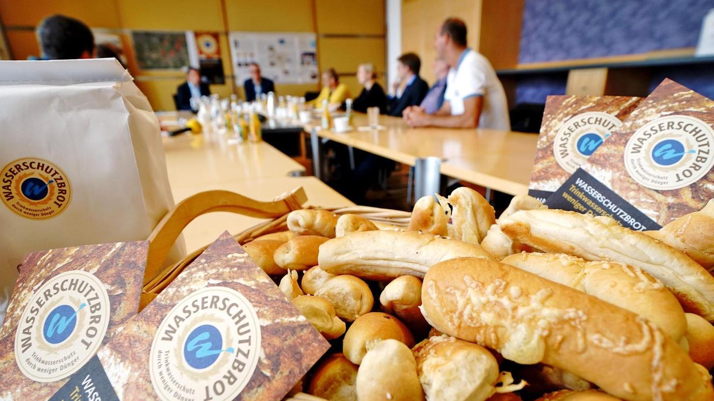 Regionales Brot essen und dabei noch das Trinkwasser schützen: Das Projekt Wasserschutzbrot wurde von den beteiligten Parteien bei den Forchheimer Stadtwerken präsentiert.