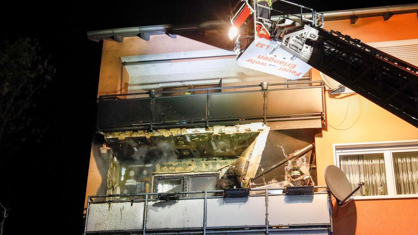 Die Feuerwehr musste die Balkon-Verkleidung und die Fassadendämmung entfernen, um Glutnester auszuschließen.