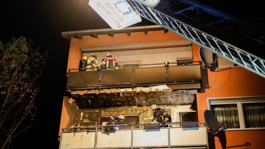 Balkonbrand in ER-Bruck am Montag, 30.09.19 um 20.20 Uhr..Balkonbrand in Bruck - Anwohner verhindern Schlimmeres..Das beherzte Eingreifen von Anwohnern hat am Montagabend in Bruck möglicherweise einen größeren Wohnungsbrand verhindert. Auf einem Balkon im zweiten Obergeschoss waren Einrichtungsgegenstände und die Balkonverkleidung aus noch ungeklärter Ursache in Brand geraten. Als Anwohner dies bemerkten, stand der Balkon bereits im Vollbrand. Nachdem sie die Feuerwehr alarmiert hatten, gelang es ihnen, den Brand mit Wassereimern soweit zurück zu drängen, dass das Feuer nicht auf die Wohnung übergreifen konnte..Die schnell eingetroffenen Einsatzkräfte konnten den Brand rasch unter Kontrolle bringen. Im Anschluss musste jedoch die gesamte angebrannte Balkonverkleidung sowie Teile der Fassadendämmung aufwändig entfernt werden, um sicher zu gehen, dass sich dort nicht noch Glutnester befanden..Zwei Personen, darunter eine hochschwangere Frau, wurden vom Rettungsdienst vorsorglich in eine Klinik eingeliefert..
