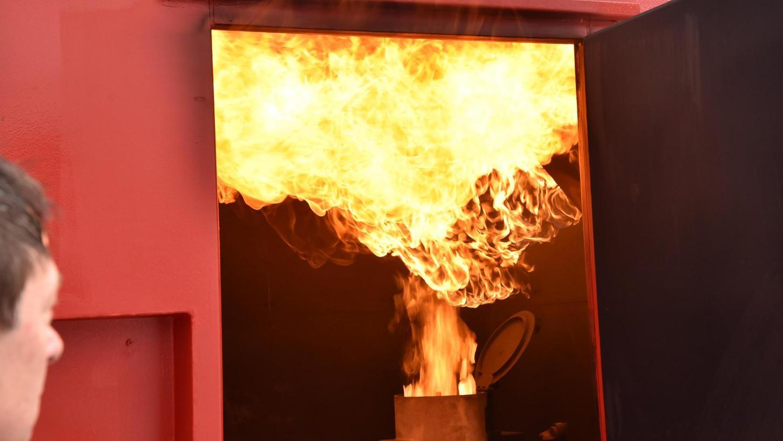 Der Brenner sorgt für die richtigen Betriebstemperaturen in der Brandschutzübungsanlage in der Florianstraße. Schließlich sollen die Feuerwehrler unter möglichst realistischen Bedingungen trainieren.