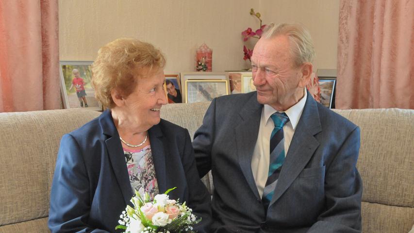 """Maria und Johann Kist gehen seit 60 Jahren gemeinsam durchs Leben.""""Ja, es war Liebe auf den ersten Blick"""", sagt sie, worauf ihr Mann verschmitzt antwortet: """"Wenn sie es sagt."""" Johann Kist stammt aus Weingarts und ist in Mittelehrenbach aufgewachsen, wo er auch die Schule besuchte. Seine Frau Maria lernte er am Arbeitsplatz bei der Firma Winter in Bubenreuth kennen, in der er als Schreiner beschäftigt war und Maria Gitarrenbänder fertigte. Im September 1959 heiratetn sie und begannen ein Jahr später mit dem Hausbau, wohin die junge Familie 1961 einzog. Aus der Ehe gingen zwei Söhne und eine Tochter hervor, zur Familie gehören auch sieben Enkel und sechs Urenkel. In Poxdorf arbeitete Johann Kist erst bei der Schreinerei Lorenz, später bei der Firma Sauerbau in Effeltrich, danach bis zum Ruhestand bei der Firma Merkel in Baiersdorf. Seine Frau Maria versorgte Kinder und Haushalt und arbeitete bis zu ihrem Ruhestand in der Baumschule Schmitt Bernhard. Hobbys? """"Ich habe meinen Garten, wo ich Gemüse anbaue, aber nur für den Eigenbedarf"""", erzählt Johann Kist, wobei er von Ehefrau Maria kräftig unterstützt wird. Heute gehen beide gerne mal auf die Keller zu einer gemütlichen Brotzeit. Zur Feier der Diamantenen Hochzeit überbrachten Bürgermeisterin Kathrin Heimann und stellvertretender Landrat Otto Siebenhaar herzliche Glückwünsche. Und was ist das Rezept für so viele Ehejahre? """"Es ist nicht immer alles Gold, was glänzt"""", so der Jubilar, und Ehefrau Maria ergänzt: """"Man muss sich in der Mitte treffen und Kompromisse finden."""""""