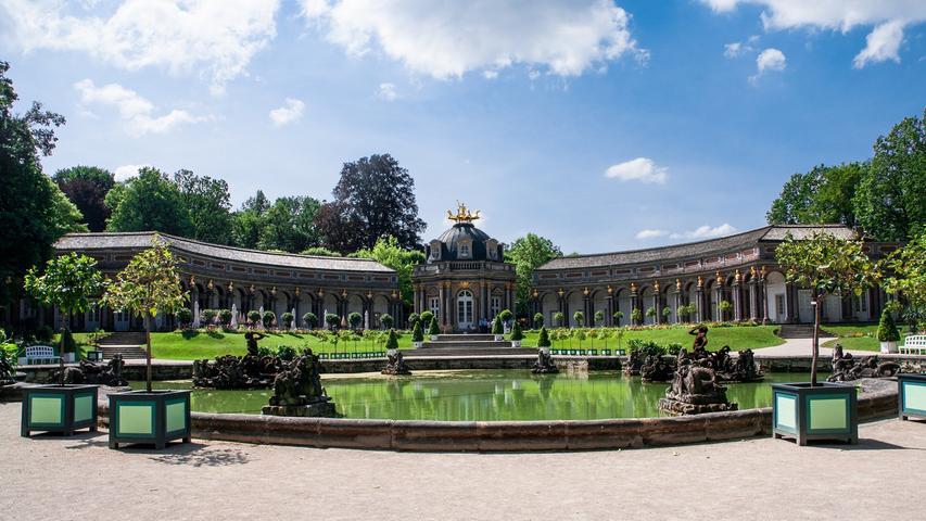 Wer an Bayreuth denkt, denkt an Richard Wagner. Für die Festspiele zu Ehren des Komponisten reisen Jahr für Jahr wahre Größen der Prominenz nach Franken, unter anderem sogar Kanzlerin Angela Merkel. Doch auch ohne musikalischen Hintergrund ist die oberfränkische Stadt wegen ihrer Parkanlagen und Bauten definitiv einen Abstecher wert. Das Markgräfliches Opernhaus zählt sogar zum UNESCO-Welterbe. Im Bild ist die Eremitage zu sehen, eine Parkanlage die vor den Toren der Stadt als Rückzugsort für die Marktgrafen gebaut wurde. Jeden Sommer wird in der Eremitage das Sommernachtsfest gefeiert.