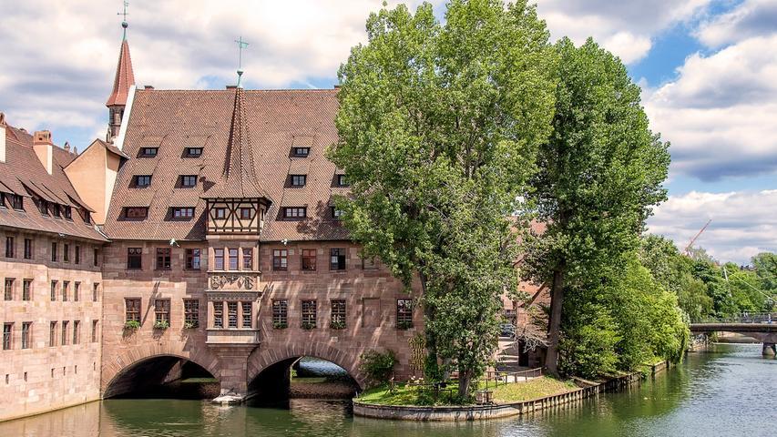Auf eine bewegte Geschichte blickt die größte Stadt Frankens und die zweitgrößte Bayerns zurück: Nürnberg. Hier treffen das Mittelalter mit seinen historischen Bauten und natürlich der Kaiserburg im Stadtkern und die Zeit des Nationalsozialismus aufeinander. Beide Phasen der Geschichte zeichnen Nürnberg immer noch, wie das Reichsparteitagsgelände und die Altstadt. Doch Nürnberg ist noch vieles mehr als seine Vergangenheit. Die Vielfalt an Kulturen machen die Frankenmetropole zu einem empfehlenswerten Ausflugsziel. Eine der markantesten Sehenswürdigkeiten in der historischen Innenstadt ist das Heilig-Geist-Spital, das zum Teil über dem Flussbett der Pegnitz errichtet wurde.