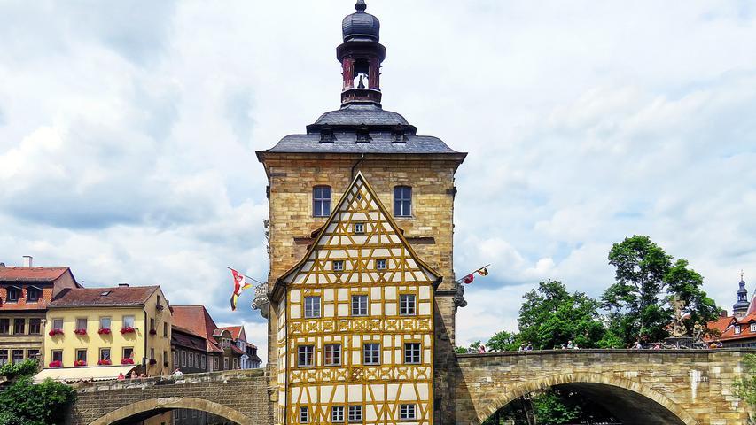 Oberfranken darf gleich mehrere schöne Orte sein Eigen nennen. Ein Höhepunkt ist ein Besuch der Barockstadt Bamberg, die 1993 zum Weltkulturerbe erhoben wurde. Bei einem Streifzug durch die Stadt darf man sich auf denkmalgeschützte Gebäude und mittelalterlichen Charme plus barocker Fassaden freuen. Die Verbindung von Mittelalter und Barock symbolisiert etwa das Brückenrathaus mitten in der Regnitz (Bild). Vor den Toren der Stadt gibt es Burgen, Schlösser, Kirchen, Klöster und Museen zu entdecken.