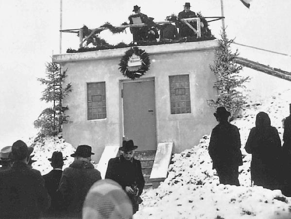 Das ganze Dorf war im Winter 1950 auf den Beinen und feierte die Fertigstellung der Wasserleitung und des neuen Hochbehälters.