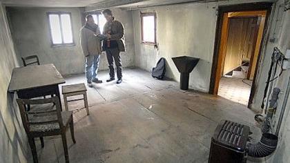 Der neue Hauseigentümer Stefan Bär mit Stadtheimatpfleger Alexander Mayer (re.) in der niedrigen Stube, die Wilhelm Löhe als sein Geburts- und Studierzimmer beschreibt.