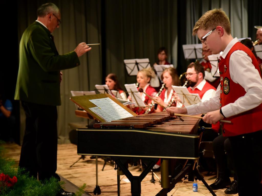 """Forchheim Jahn..Spielmannszug Abschiedskonzert..FORCHHEIM. Seit 67 Jahren gehört der Spielmannszug Jahn Forchheim in die Jahnhalle. Doch schon acht Jahre ist es her, dass man ihn hier hören konnte. Nun hat das Orchester Abschied von ihrem """"Spiel-Zimmer"""" gefeiert. Mit dem Jugendorchester der Jugend- und Trachtenkapelle Neunkirchen am Brand und mehr als 400 Zuhörern. Es wurde ein wehmütiger, wuchtiger, wohlklingender Abend... Foto Udo Güldner"""