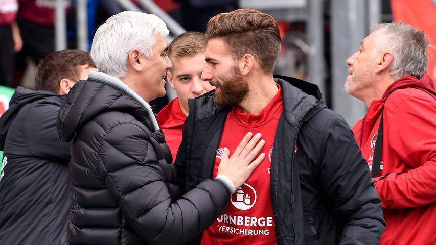 Dennoch nimmt sich Bornemann vor dem Anpfiff noch Zeit, um sich mit seinen ehemaligen Spielern zu unterhalten. In diesem Fall tätschelt er den gerade genesenen Enrico Valentini.