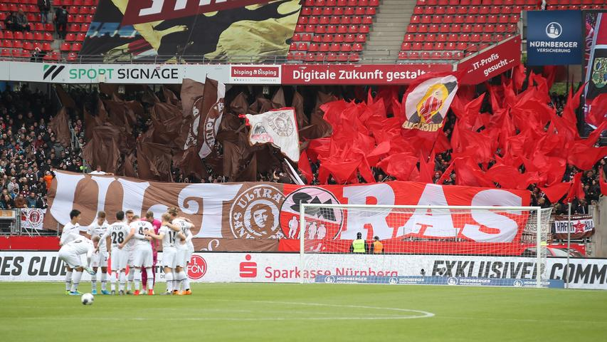 Gute Laune im Gästeblock: Die Fans der Kiezkicker erhalten in Nürnberg Unterstützung aus München. Gemeinsam mit der Ultra-Gruppierung