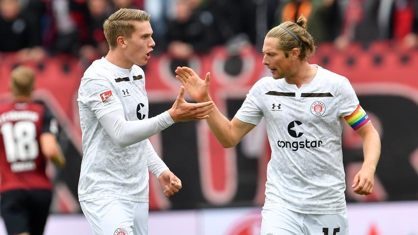 Kurze Zeit später dann doch der Jubel beim FC St. Pauli. Der Videoschiedsrichter gibt dem Schiedsrichter ein Signal. Ohlsson stand vor seiner Flanke doch nicht im Abseits. Eine korrekte Entscheidung.