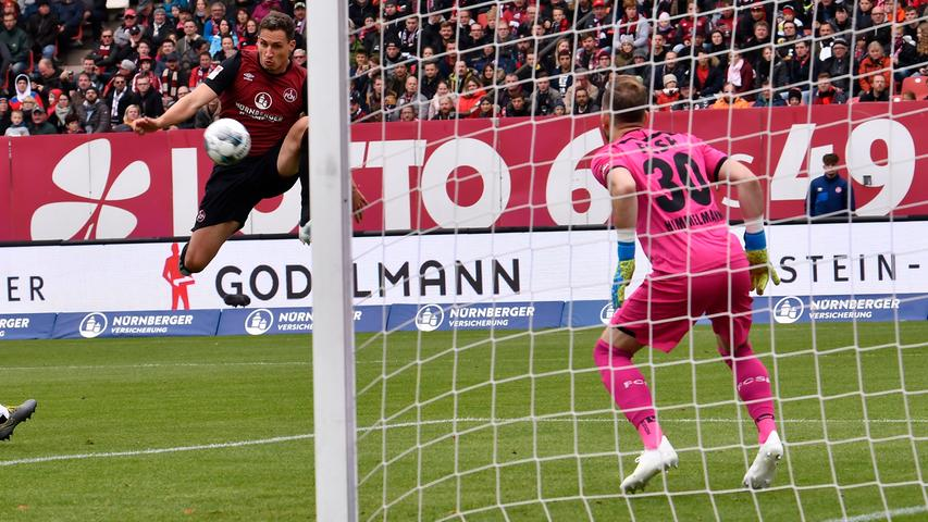 So blöd es aus Nürnberger Sicht auch klingen mag. Dieses Tor tat dem Spiel tatsächlich gut. Vor allem der Club macht jetzt mehr Druck und spielt sich jede Menge Torchancen heraus.
