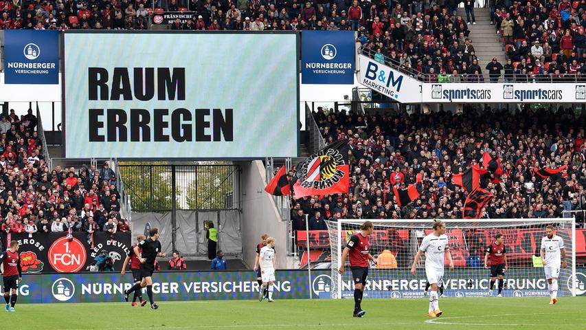 So muss der 1. FC Nürnberg mit einem Rückstand in die Pause gehen. Ob Club-Coach Damir Canadi seine Schützlinge daran erinnern wird, den Gästen im 2. Durchgang weniger Räume zu überlassen? Eine Kunstaktion auf der Anzeigetafel fordert auf jeden Fall: