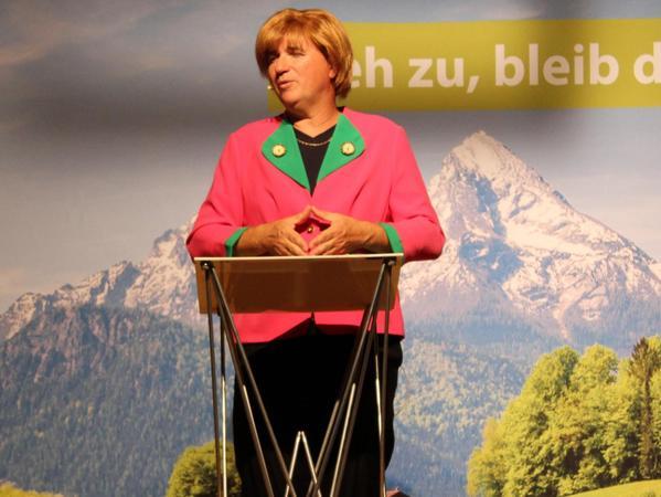 Raute vor Blazer: Stoibers Wolfratshauserner Frühstücksgast Angela Merkel war ebenfalls ein gefundenes Fressen für den meisterhaften Parodisten Krebs.