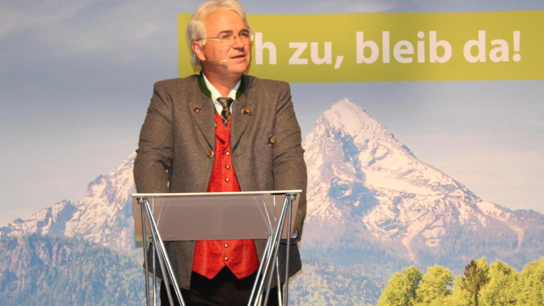 Schwatzmann vor Watzmann: Eine bajuwarisch-alpine Wahlplakat-Kulisse hatte Wolfgang Krebs auf die Bühne gestellt – und als Edmund Stoiber eine rhetorische Glanznummer hingelegt.