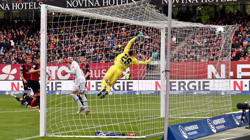Immer wieder leistet sich der Club in der Defensive allerdings Nachlässigkeiten. So wie in der 66. Minute, als sich St. Pauli über die linke Seite durchspielt und Mats Möller Daehli in Position spielt. Der Norweger trifft den Ball perfekt und markiert das 1:2. Halt! Stopp!