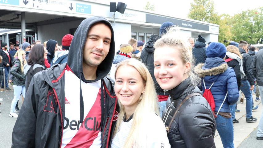 Tobi, seine Schwester Annika und ihre Freundin Antonia waren mit ein paar weiteren Freunden bei dem Spiel. Als Nürnberger war ein Besuch im Stadion naheliegend, gerade bei einer Partie gegen eine Kult-Mannschaft wie den FC Pauli. Das Spiel selbst fanden sie gut und unterhaltsam...