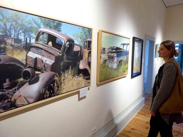 """Der Neustädter Künstler Manfred Hönig lässt aus nachbearbeiteter und analog mit Ölfarbe übermalter digitaler Fotografie """"etwas ganz Neues entstehen""""."""