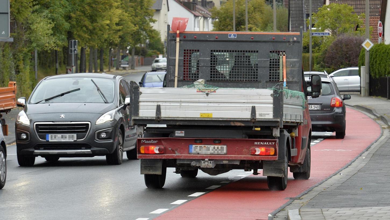 Seit kurzem gibt es auf der östlichen Seite der Schallershofer Straße in Alterlangen einen Fahrrad-Schutzstreifen als zusätzliches Angebot zum Zweirichtungsradweg auf der westlichen Seite. Bürger kritisieren, dass es für die Autos eng geworden ist.