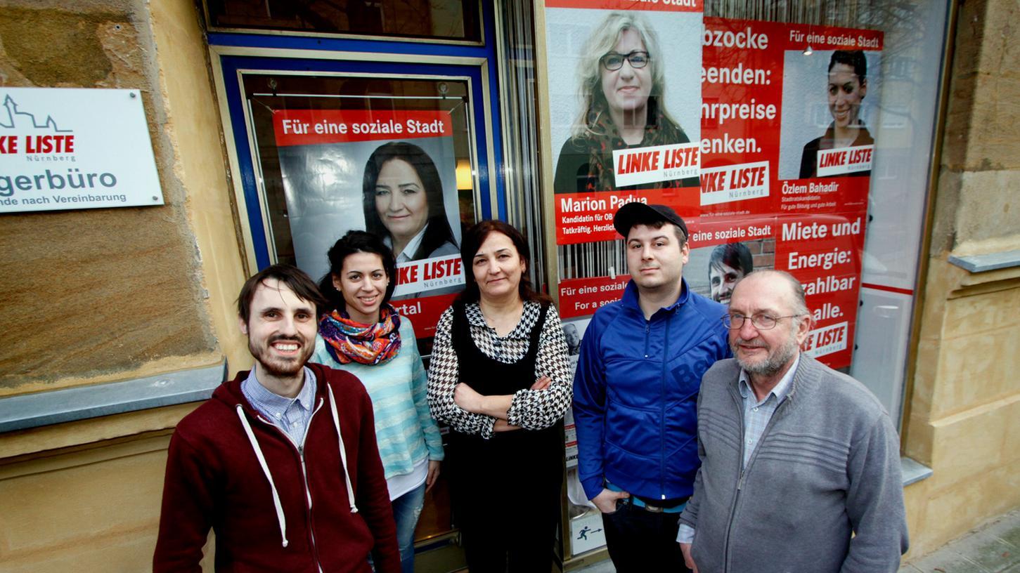 Seit dem Wochenende sitzt auch eine Nürnberger Lokalpolitikerin in der Türkei in Haft. Hier ist Senem Kartal (Mitte) auf einem Archivbild mit ihrer Partei, der Linken Liste, zu sehen.