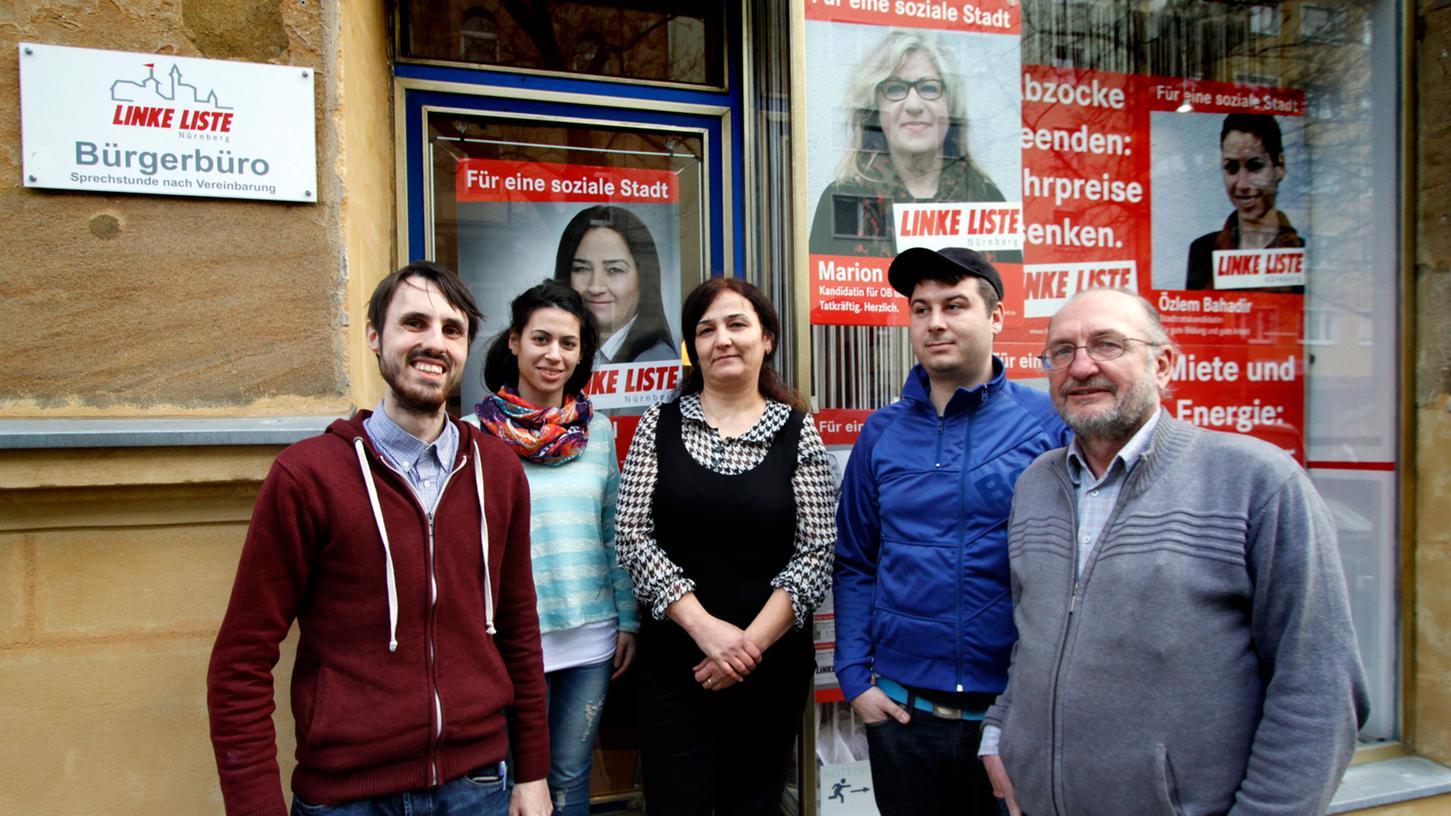 Vor kurzem wurde auch eine Nürnberger Lokalpolitikerin in der Türkei festgenommen, nun ist sie wieder frei. Hier ist Senem Kartal (Mitte) auf einem Archivbild mit ihrer Partei, der Linken Liste, zu sehen.