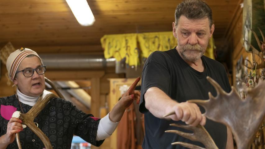 Wer mehr über das letzte indigene Volk Europas wissen möchte, ist bei Irene und Ari Kangasniemi richtig. Das Künstler-Ehepaar wohnt ein Stückchen außerhalb von Rovaniemi und lädt gern Touristen zu sich nach Hause ein (unter Voranmeldung natürlich).