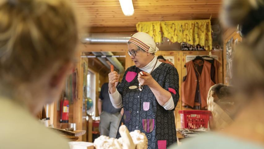 Irene und Ari gehören zum Volk der Samen und versuchen, mit ihrem kunstvollen Handwerk alte Traditionen am Leben zu erhalten.