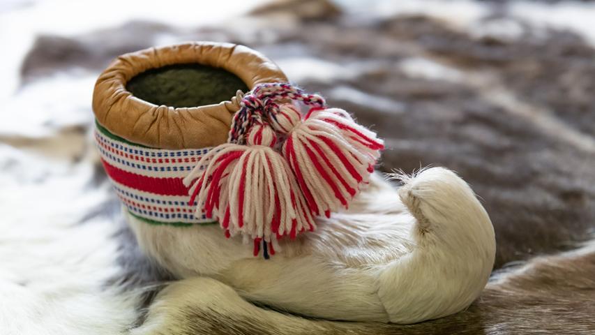 Herrlich warm, für draußen geeignet und handgefertigt sind Irenes traditionelle Winterstiefel. Die Schlaufe ganz vorne ist übrigens deshalb da, damit sich der Träger in Skier einhaken kann.