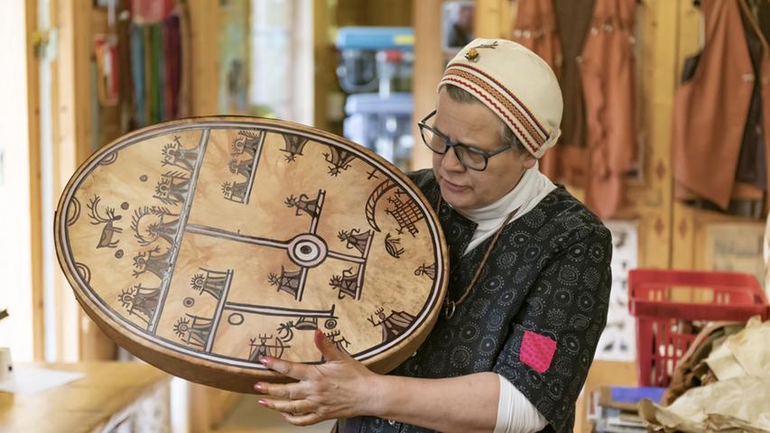 Aus Rentier-Leder beispielsweise fertigt Irene solche Schamanen-Trommeln an - und erzählt nebenbei von ihrem Vorfahren, der zu einem der berühmtesten Medizinmänner in der Gegend gehörte und solche Trommeln besaß.
