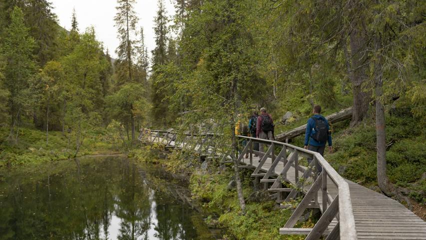 Bestens ausgestattete Holz-Wanderwege gibt es auch in Finnlands tiefster Schlucht, der Iso Kuru mitten im Pyhä-Luosto Nationalpark.