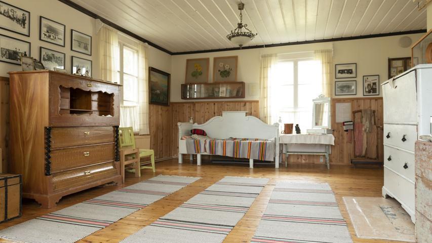 Reiche Siedler aus dem Süden waren vor 100, 150 Jahren nach Lappland gezogen, haben den Sami Land abgeknöpft, sich hier niedergelassen und ein ähnlich ursprüngliches Leben geführt wie die Sami. In einem alten Bauernhaus wurden Erinnerungsstücke an eine dieser Siedler-Familien erhalten.