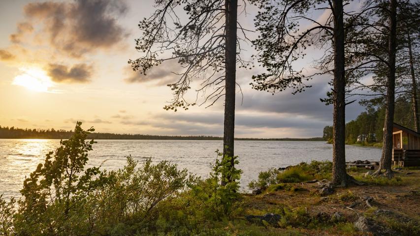 Für Finnen ist die Ruska-Zeit das Highlight des Jahres. Wer dann in einem der 40 Nationalparks oder entlang einem der 188.000 Seen unterwegs ist, bekommt eindrucksvolle Fotomotive. Die Sommer im hohen Norden sind nicht nur lange hell, sondern auch äußerst mückenreich. Ende August aber wird es deutlich friedlicher. Wer sich dann für eine Reise ins finnische Lappland entscheidet, kann beim Wandern schon viel früher als hierzulande herrliche Herbstfarben aufsaugen. Denn bereits Anfang September fängt hier oben Ruska an, also das, was bei uns der Altweibersommer oder in Nordamerika der Indian Summer ist.