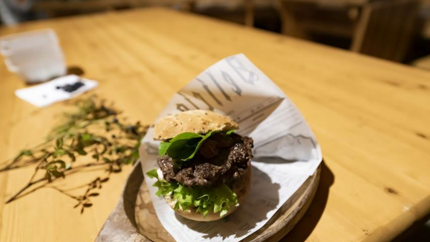 Das Fleisch der Tiere - traditionell mit Kartoffelbrei, Preiselbeeren und saurer Gurke, aber gern auch als Burger - schmeckt stark nach Wild und ist eigentlich Bio-Ware, ohne ein entsprechendes Siegel zu benötigen. Denn die Tiere leben ihr Leben lang in der Natur und ernähren sich von dem, was sie draußen finden.