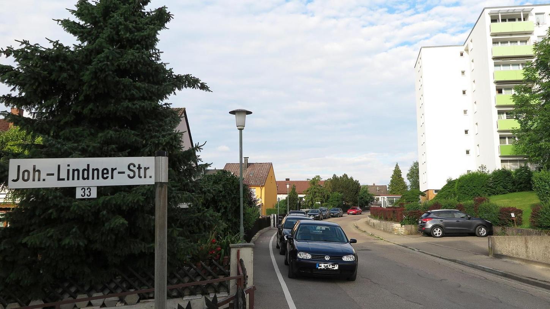 Seit 2013 wird über die Sanierung der Johann-Lindner-Straße am Galgenbuck gesprochen, nun soll sie umgebaut werden: Auf der Nordseite (links im Bild) entsteht ein durchgehend 1,50 Meter breiter Gehweg, auf der Südseite werden Parkbuchten für die Autos angelegt.