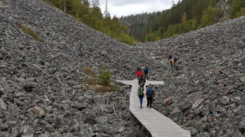 Die Strecke ist überschaubar und auch für weniger routinierte Ausflügler machbar. Entlohnt werden Wanderer wieder mit einer grandiosen Landschaft: Kleine Seen und Tümpel, bewaldete Hänge auf der einen und Granitfelsen auf der anderen Seite und ein Wasserfall, der für das Volk der Sami heilig ist, warten auf die Besucher.