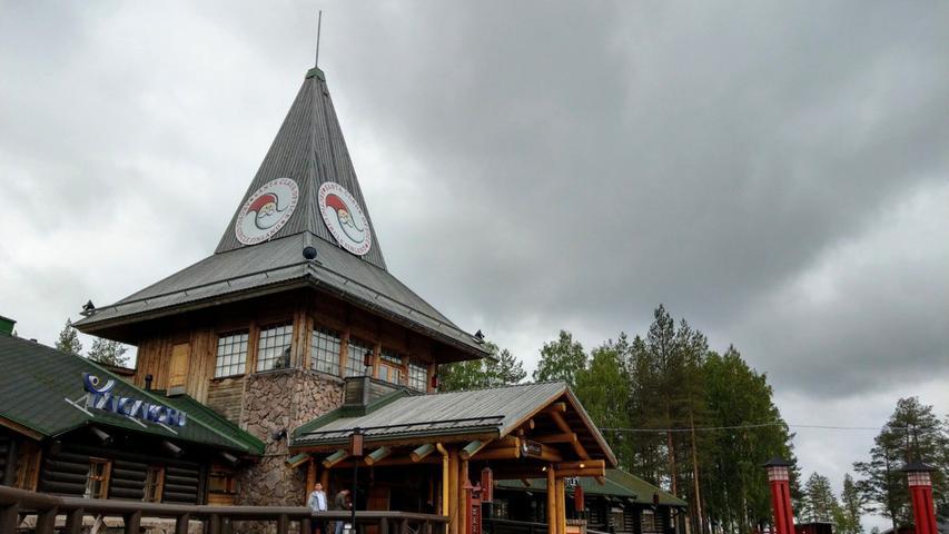 Als Kontrastprogramm dazu bietet sich der Besuch des Weihnachtsmanndorfes an, das am Stadtrand von Rovaniemi liegt.