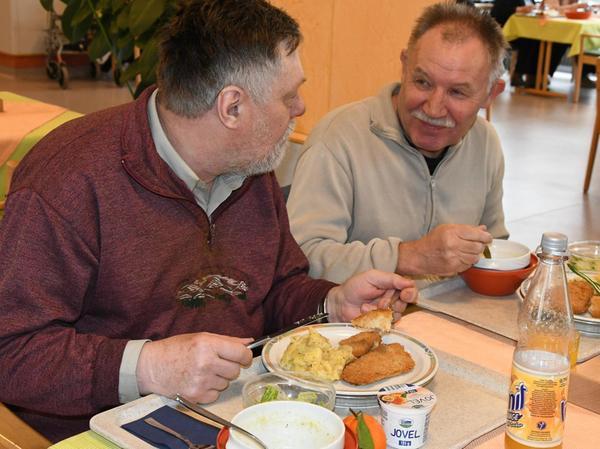 Vertraute Atmosphäre zwischen Dietbert Marx (links) und Wladimir Barantschikov: Beim Mittagstisch ist auch die Gemeinschaft wichtig.