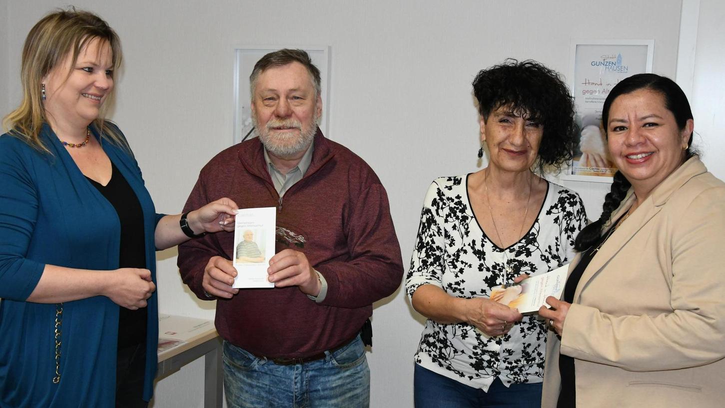 Alexandra Trögl (links) und Sozialarbeiterin Hasive Pachur (rechts) freuen sich mit Dietbert Marx und Ursula Pabst über ein erfolgreiches erstes Projektjahr.