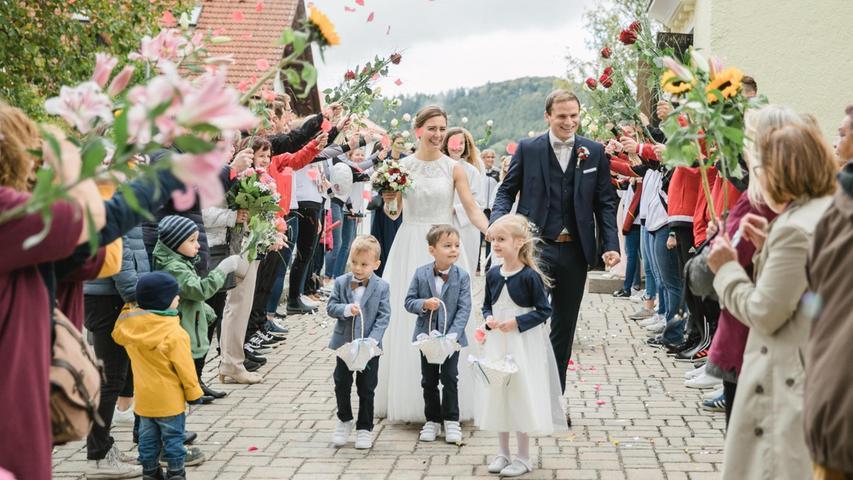 Vor neun Jahren haben sich die 28-jährige Ergotherapeutin Claudia-Lisa Rackl, geborene Liebel aus Pölling, und der gleichaltrige, aus Berngau stammende Physiotherapeut Fabian Rackl beim Fußballspielen kennengelernt. Am 24. Mai dieses Jahres gaben sie sich bereits am Standesamt in Berngau das Ja- Wort, das nun auch in einer christlichen Hochzeitsfeier in der Pöllinger Pfarrkirche St. Martin bekräftigt wurde. Den Traugottesdienst zelebrierten Pfarrer Martin Hermann und Diakon Xaver Bösl, umrahmt vom Berngauer Rhythmuschor. Nach der Trauung grüßten die Fußballer des BSC Woffenbach, die Turnerinnen des SV Höhenberg und Arbeitskolleginnen der Braut in einem langen Spalier. Die weltliche Feier fand nach einem Sektempfang am Kirchplatz im Landgasthof Ascher in Möning statt. Zur Hochzeitsreise werden der Innenverteidiger des BSC Woffenbach und die Abteilungsleiterin Turnen des SV Höhenberg nach Borneo aufbrechen.