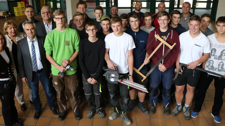 Noch befindet sich die Erkläranlage in Berngau in der Rohbauphase. Im Schulunterricht wurden die anfallenden Holzarbeiten unter anderem von der BSZ-Zimmererklasse mit erledigt. Auch andere Schulen sind am Entstehungsprozeß beteiligt.