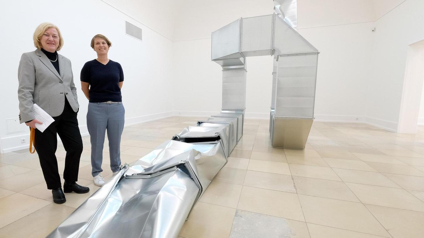 """Kunsthallenchefin Ellen Seifermann (li.) und Kuratorin Harriet Zilch mit Thomas Rentmeisters Rauminstallation """"Square Tubes""""."""