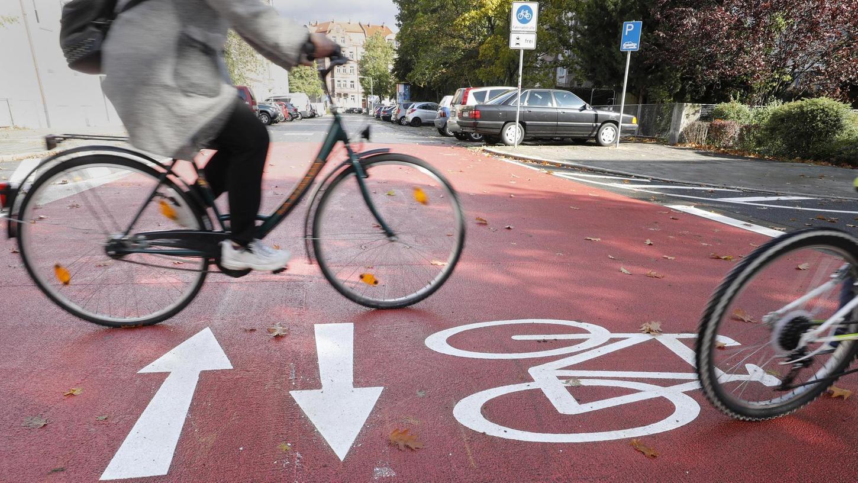 Gekostet hat die Straße 30.000 Euro für Beschilderung und die großflächige Rotmarkierung im Kreuzungsbereich zur Fenitzerstraße.