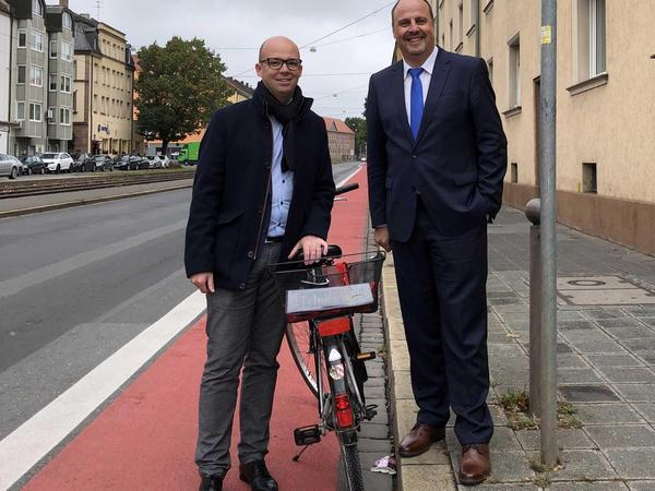 An der Gibitzenhofstraße, wo der Radstreifen südlich der Kreuzung zur Brehmstraße verbreitert und rot markiert wurde, stellten kürzlich Stadtrat und OB-Kandidat Thorsten Brehm (li.) und Bürgermeister Christian Vogel das SPD-Fahrrad-Programm vor.