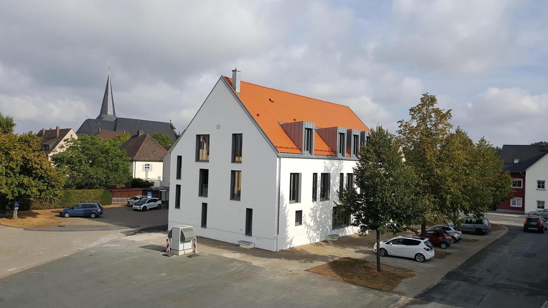 Das Rathaus in Buttenheim. Der Gemeinderat Ahorntal besichtigte das Gebäude und ließ sich erläutern, wie die Buttenheimer zu ihrem neuen Verwaltungssitz gekommen sind.