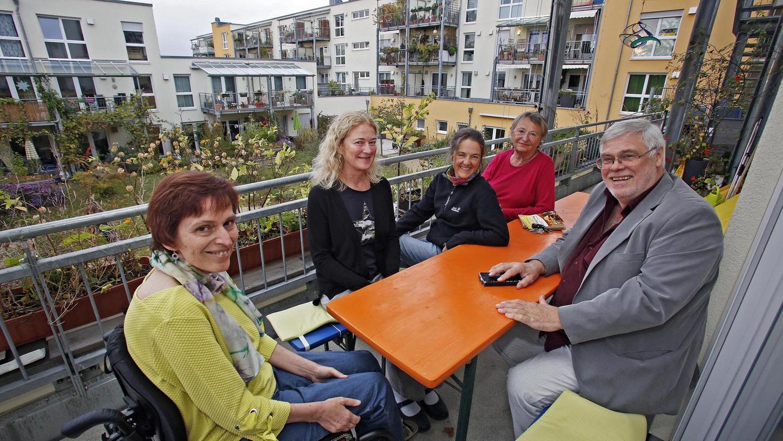 """""""Ich bin froh, dass ich immer um Hilfe bitten kann"""": Angela Meyer (li.) lebt gern im Wohnprojekt in der Marthastraße. Anja von Marschall (Zweite v. li.) hat hier Freunde gefunden, Gabi Lüdenbach (Dritte v. li.) schätzt den Zusammenhalt. Ingegerd Ljungström (Zweite v. re.) arbeitet im Café und Heinrich Haußmann mag das Organisieren."""