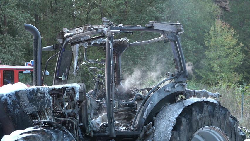 Mitten im Wald stand am Samstag (12.10.2019) ein Schlepper auf einem Feld bei Rehdorf (Lkr. Fürth) in Vollbrand. Der Besitzer des landwirtschaftlichen Fahrzeuges war gerade mit Mulcharbeiten auf einem Maisfeld beschäftigt, als der Schlepper in Flammen aufging. Wieso das Gerät Feuer fing, ist nicht bekannt. Glücklicherweise wurde niemand verletzt. Nach ersten Schätzungen liegt der Schaden bei circa 160.000 bis 200.000 Euro. Foto: NEWS5 / Maurer Weitere Informationen... https://www.news5.de/news/news/read/16570